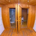 домик прихожая вид на туалет и ванну